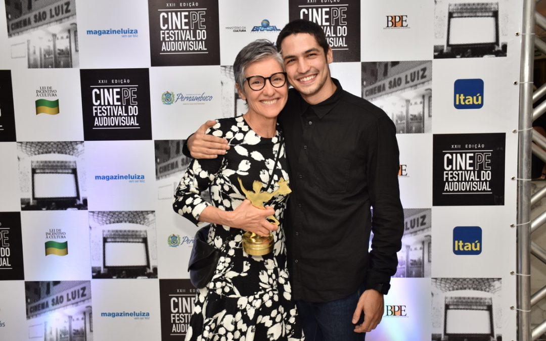 No São Luiz lotado, Cássia Kis se emociona com homenagem do Cine PE